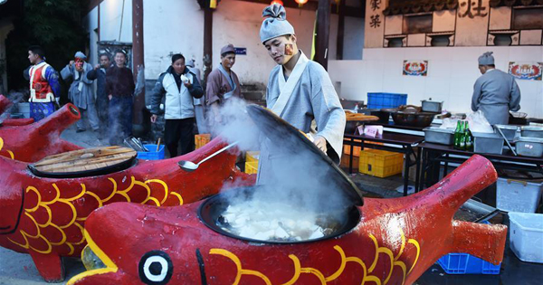 Cooks make dishes in fish fair in E China