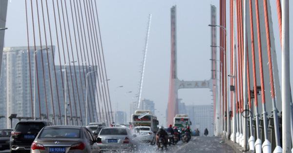 Falling pole of ice damages cars on bridge