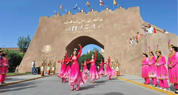 Kashgar attracts good many tourists in Xinjian