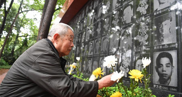 People commemorate martyrs on Qingming Festival in Chongqing