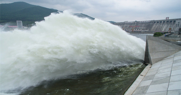 Dam on Songhua River starts discharging water