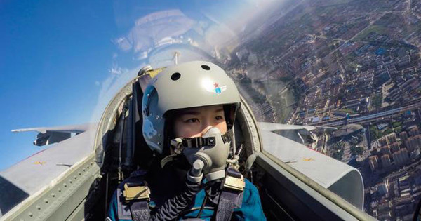 Chinese female pilots fly fighter-bomber JH-7