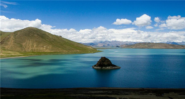 Scenery of Yamzbog Yumco Lake in Tibet
