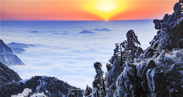Snow-covered Huangshan shows winter charm