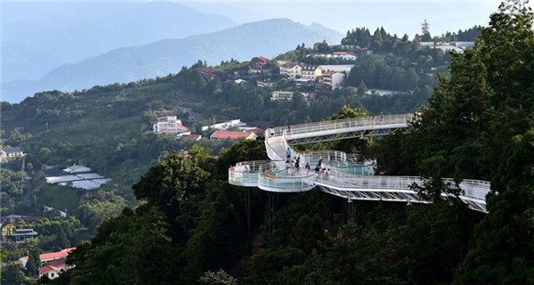 People enjoy scenery at high altitude sight-seeing footpath in Taiwan