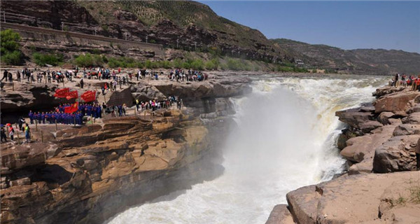 Surge in tourists to Hukou Waterfall