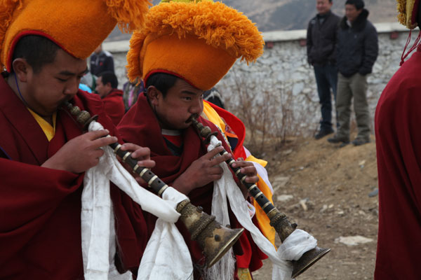 Tibetan monks take part in a ceremony to invite Buddha to visit Ganden Sumtsenling Monastery in Shangri-La, Yunnan province. Shen Bo / for China Daily