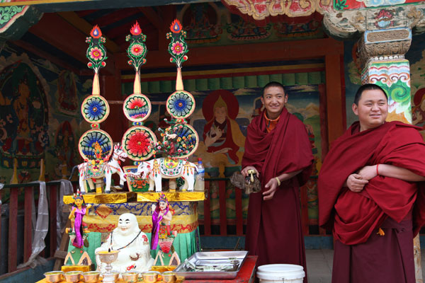 Monks make butter sculptures to celebrate the Buddha-Greeting Festival at Ganden Sumtsenling Monastery in Shangri-La, Yunnan province. Shen Bo / for China Daily