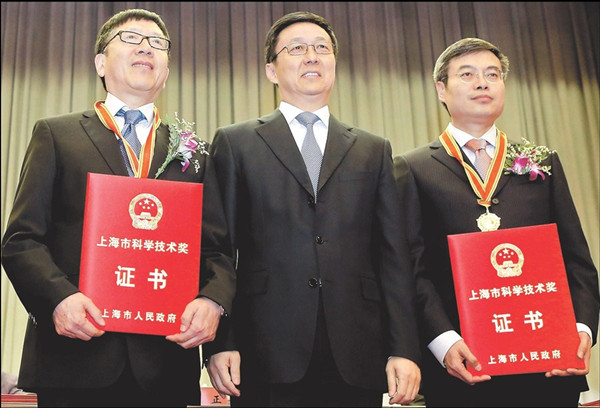 Shanghai Party chief Han Zheng (center) poses with He Jifeng (left) and Jin Donghan yesterday at the Shanghai Science and Technology Awards. — Xu Xiaolin