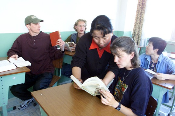 Overseas students at Tibet University study the local language in the autonomous region. Yang Shizhong / China Daily