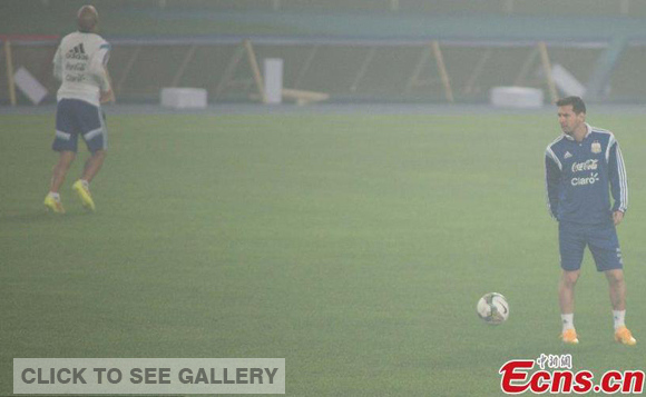 Lionel Messi(R) in a training session amid heavy smog in Beijing, Oct.9, 2014. (Photo: CFP)