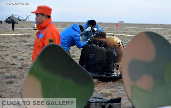 Researchers retrieve the return capsule of China's unmanned lunar orbiter in the central region of north China's Inner Mongolia Autonomous Region, Nov. 1, 2014. Return capsule of China's test lunar orbiter landed successfully early Saturday morning in north China's Inner Mongolia Autonomous Region, according to the Beijing Aerospace Control Center. (Xinhua/Ren Junchuan)