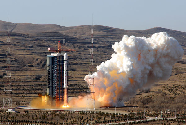 A Long March4B rocket blasts off from the Taiyuan Satellite Launch Center in Shanxi province on Sunday, sending a satellite into space for Brazil. LIU HUAIYU / FOR CHINA DAILY