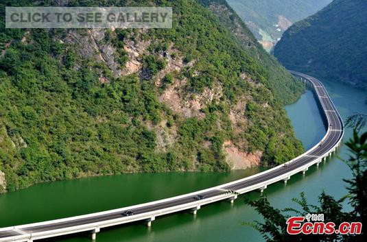 A new highway elevated above water has been officially opened in Xingshan county, Central China's Hubei province, Aug 9, 2015. (Photo: China News Service/Liu Liangwei)