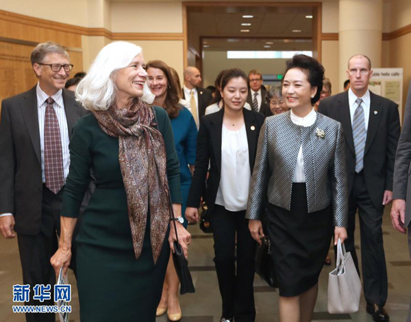 Peng Liyuan (R, Front), wife of Chinese President Xi Jinping, visits the Fred Hutchinson Cancer Research Center in Seattle, the United States, Sept. 23, 2015. (Photo: Xinhua/Ma Zhancheng)