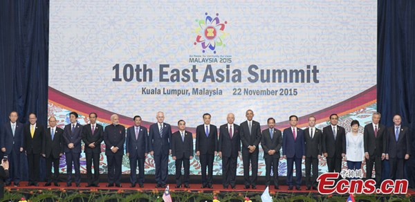 Premier Li Keqiang (center) and other participating leaders take part in a group photo during the East Asia Summit at the Kuala Lumpur Convention Centre in Kuala Lumpur on Sunday, Nov. 22, 2015. (Photo/China News Service)
