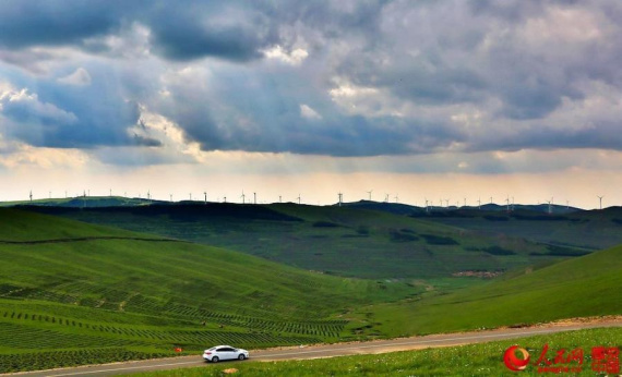 Photo shows the Zhangbei Grassland Highway, or known as the Grass Skyline, on the outskirts of the city of Zhangjiakou in north China's Hebei Province. Built in 2012, the 132-kilometer stretch of road is renowned for its intoxicating scenery. (Photo/people.cn)