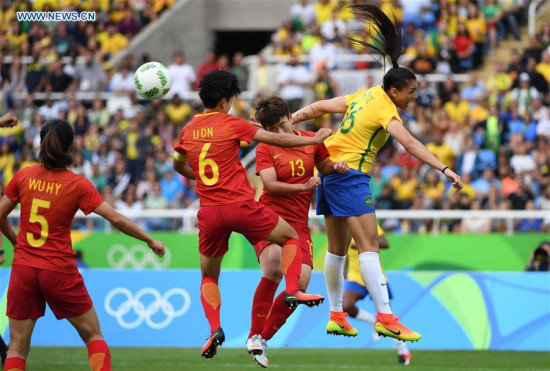 Pang Fengyue of China (2st R) competes during the match of the women's Olympic football competitions between China and Brazil at the Olympic Stadium in Rio de Janeiro, Brazil, Aug. 3, 2016.Brazil won 3-0. (Xinhua/Li Ga)