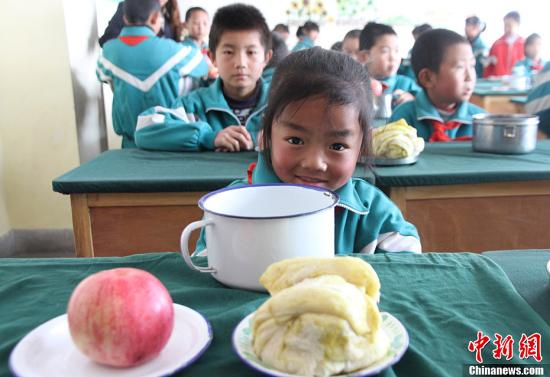 A pupil having her breakfast in a primary school in northwest China's Gansu province (Photo: Chinanews.com/Zhang Daozheng)