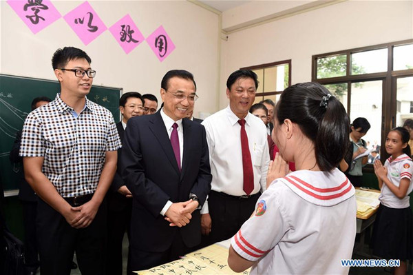 Chinese premier visits Chinese-language school in Laos