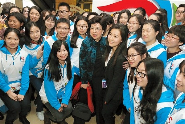 Margaret Chan, (center) with volunteers at the closing day of the four-day conference yesterday.(Wang Rongjiang)