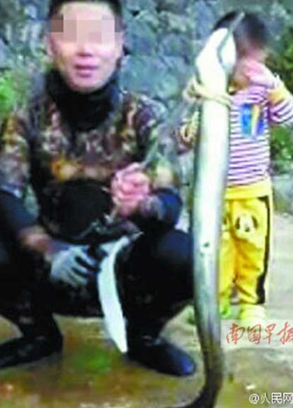 A photo emerged online of a man holding the eel on a large rod. (Photo/Sina Weibo)