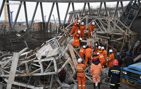 Rescuers work at the accident site at the Fengcheng power plant in East China's Jiangxi province, Nov 24, 2016. Sixty-seven people have been confirmed dead after the platform of the Fengcheng power plant's cooling tower under construction collapsed on Nov 24, 2016.