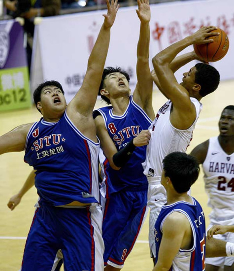 Basketball players from colleges in China and the United States during a friendly game at Shanghai Jiao Tong University on Nov 9. FANG ZHE/XINHUA