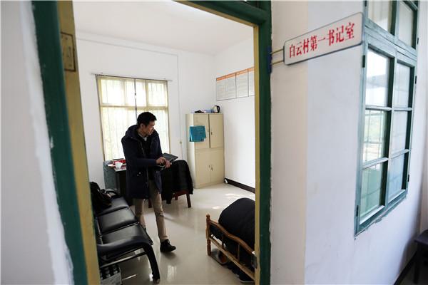 Qin Yuefei at his office. (Photo by Wang Zhuangfei/China Daily)