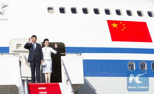 Chinese President Xi Jinping (L) and his wife Peng Liyuan wave upon their arrival in Seattle, the United States, Sept. 22, 2015. (Xinhua/Huang Jingwen)