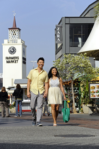 Chinese visitors get a taste of old Los Angeles at the Original Farmers Market. (Provided to China Daily)