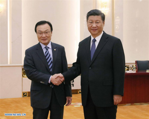 Chinese President Xi Jinping (R) meets with Lee Hae-chan, special envoy of South Korean President Moon Jae-in, at the Great Hall of the People in Beijing, capital of China, May 19, 2017. (Xinhua/Liu Weibing)