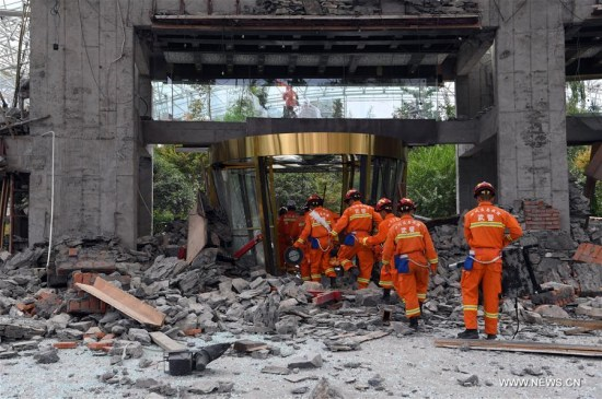 Rescuers work at the collapsed building of the InterContinental Resort Jiuzhai Paradise in Jiuzhaigou County, southwest China's Sichuan Province, Aug. 9, 2017.(Xinhua/Fan Peishen)