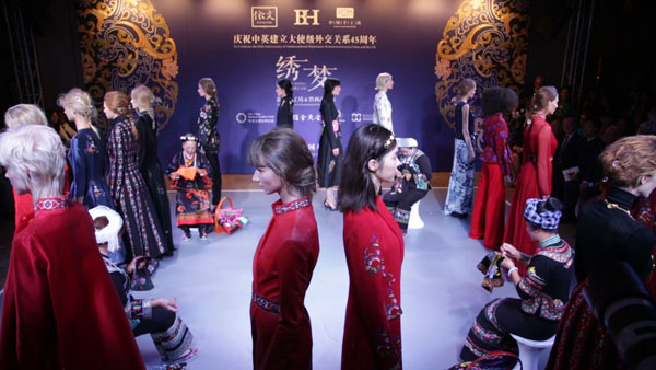Models and seamstresses on catwalk of Weave a Dream fashion show. (Photo/chinadaily.com.cn)