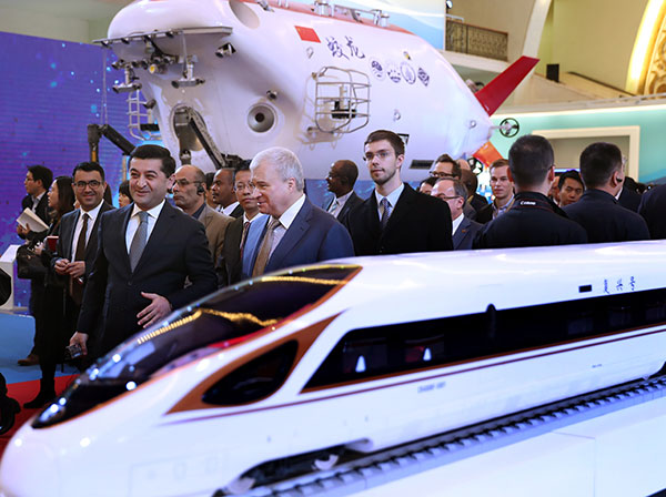 A group of foreign diplomats and foreign experts working in China visit an exhibition in Beijing on 13,Oct,2017 showcasing China's achievements over the past five years. ZOU HONG/CHINA DAILY