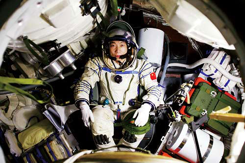 Chinese astronaut Yang Liwei sits in the module of Shenzhen 5 spaceship. (File photo/China.org.cn)