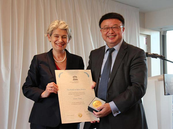 Director-General of UNESCO, Irina Bokova, left, and Shen Yang, Ambassador and Permanent Delegate of the People's Republic of China to UNESCO, display the UNESCO Medal on Space Science awarded to Chinese astronaut Yang Liwei, at UNESCO's Headquarters in Paris, Oct 27, 2017. (Photo/Xinhua)