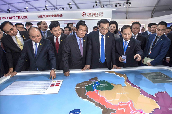 Premier Li Keqiang visits an exhibition on cooperation between Lancang-Mekong countries in Phnom Penh, Cambodia, on Wednesday, together with leaders from Thailand, Vietnam, Laos, Cambodia and Myanmar. (Photo/Xinhua)