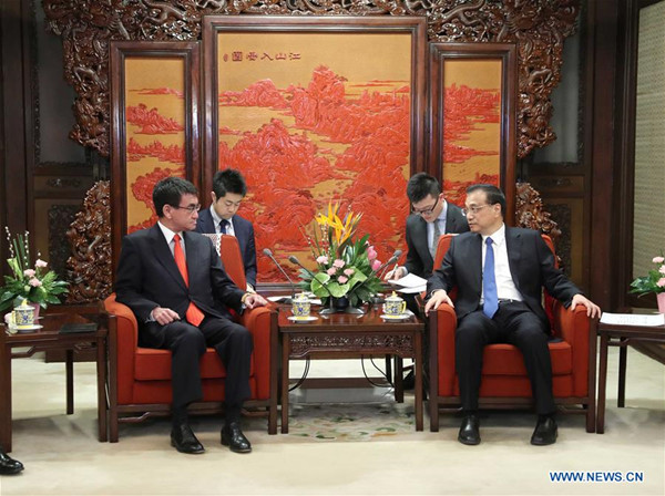 Chinese Premier Li Keqiang (R, front) meets with visiting Japanese Foreign Minister Taro Kono (L, front) in Beijing, capital of China, Jan. 28, 2018. (Xinhua/Liu Weibing)