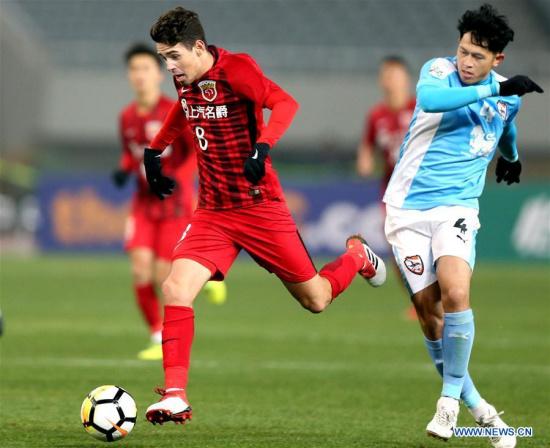 Oscar (L) of China's Shanghai SIPG FC vies with Piyaphon Phanichakul of Thailand's Chiangrai United during their AFC Champions League qualification match in Shanghai, east China, Jan. 30, 2018. Shanghai SIPG FC won 1-0. (Xinhua/Fan Jun)