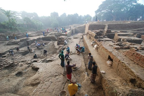 Archeologists work at the Vikrampur Ruins excavation site in Munshiganj district, Bangladesh. (Photos/Courtesy of Guo Weimin)