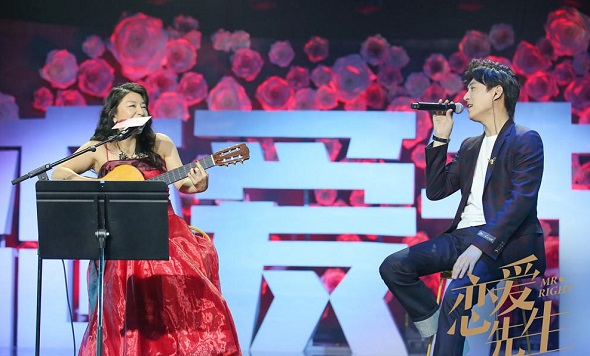 Japanese-Brazilian singer Lisa Ono (left) co-sing a song with actor Ji Dong to promote the TV series Mr Right in a recent event in Beijing. (Photo provided to China Daily)