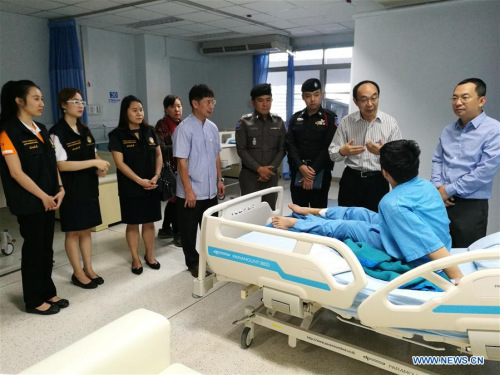 China's Consul General in Chiang Mai Ren Yisheng (2nd R, rear) visits a Chinese tourist injured in a bus accident in Chiang Mai, Thailand, on March 4, 2018. A van veered off and crashed into a convenience store in northern Thailand's Chiang Mai on Saturday afternoon, injuring nine Chinese tourists. (Xinhua)