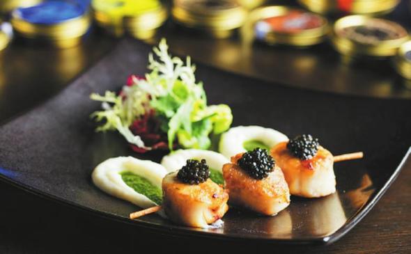 上海浦东丽思卡尔顿酒店是中国卡卢加王后最大的招待客户之一,上面铺满了鱼子酱。 (照片提供给中国日报)