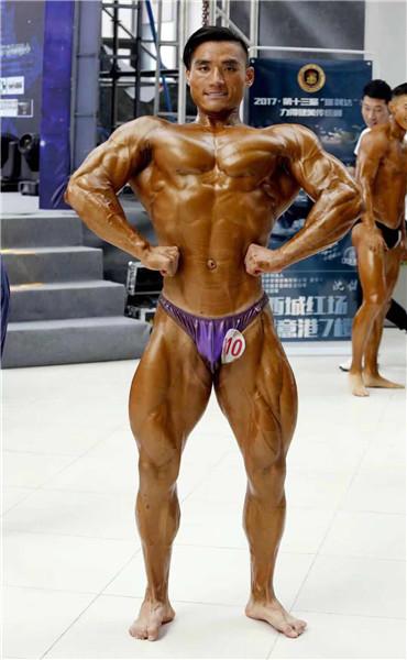 张帅在省级健美比赛中展示自己的肌肉。 (照片提供给chinadaily.com.cn)