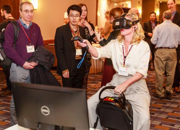 去年1月,游客在哈佛大学的研讨会上尝试了网龙的虚拟现实产品。 (照片提供给中国日报)