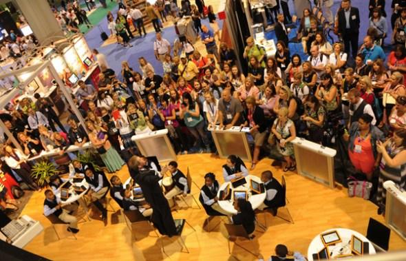 去年一月,Elernity的子公司Promethean的员工在教育设备展览上与观众互动。 (照片提供给中国日报)