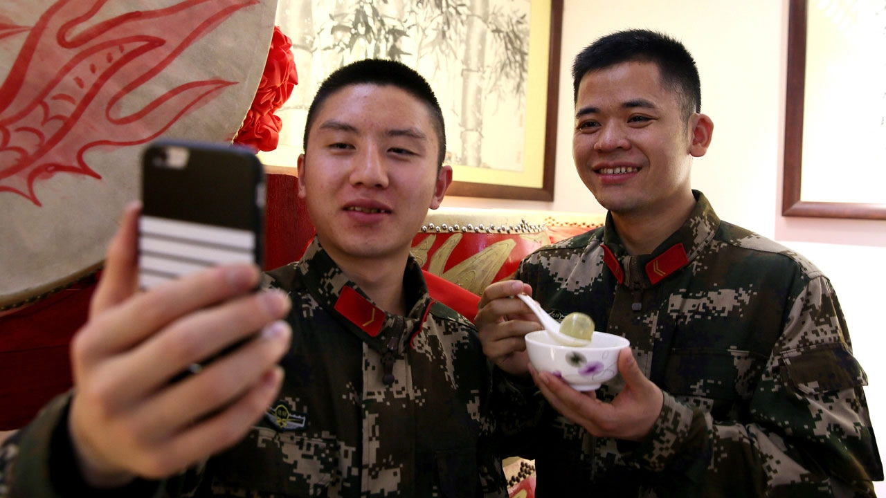 China's army relaxes rules on smartphone and internet usage