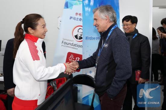 Juan Antonio Samaranch Jr. (middle) runs into the Chinese short track speed skating coach Li Yan when visiting Xinhua's newsroom during PyeongChang 2018 Winter Games inFebruary, 2018. (Xinhua)