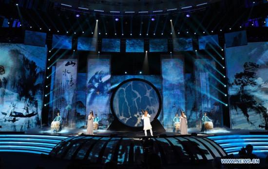 2018年4月22日,中国首都北京举办的第八届北京国际电影节(BJIFF)闭幕式上演出。(新华社/郑焕松)